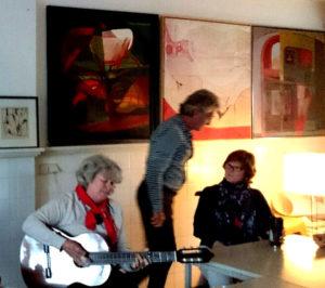 marijke met gitaar kunstenaarscafe